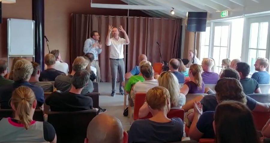 Teambuilding show voor bedrijfsdag en team bijeenkomst met feedback geven en samenwerken.