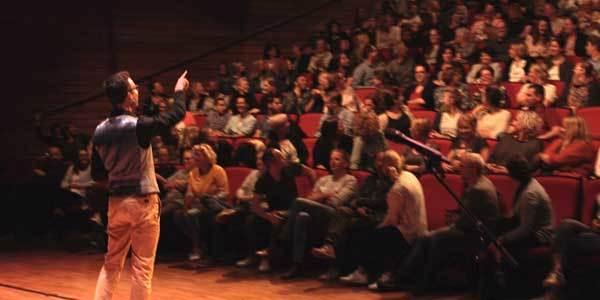 De fake spreker. De fakespeech voor de Verandering is een ideaal teamevent en gaat samen met een leuke workshop.
